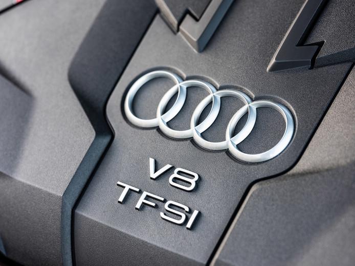 De S8 heeft een V8-benzinemotor en een klein hybridesysteem