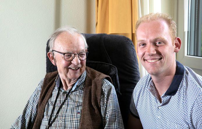 TheoVerhoeven met zijn kleinzoon Mark.