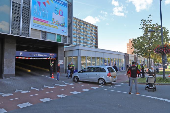 Een fietsster is vanmiddag gewond geraakt bij een aanrijding met een auto op de Papsouwselaan in Delft. Het ongeluk gebeurde voor de inrit van parkeergarage In de Hoven.