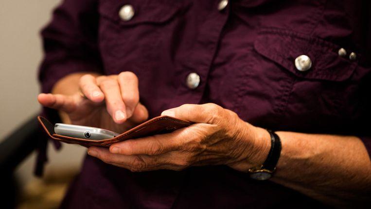 De bewust digibete burger: 'Die smartphones zitten de hele dag overal doorheen en eisen constant de aandacht op van mensen die net ergens goed en wel mee bezig zijn.' Beeld ANP