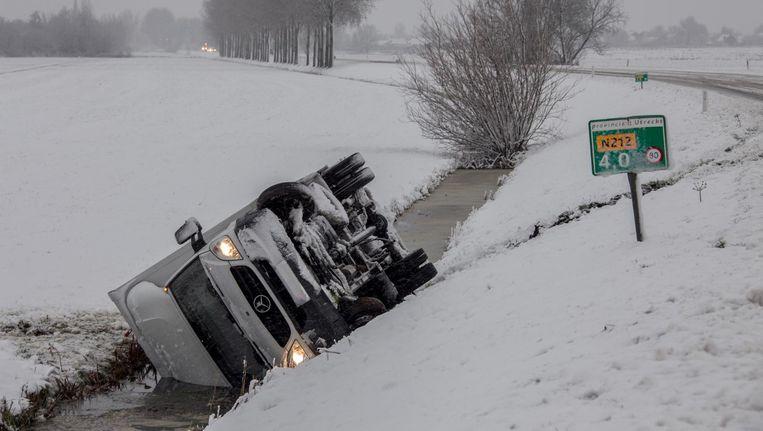 Op de N212 tussen Wilnis en Woerden gleed zondag een vrachtwagen in de sloot. Beeld anp