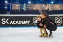 Kae Kramer staat in Thialf voor het eerst op schaatsjes onder begeleiding van haar vader Sven.