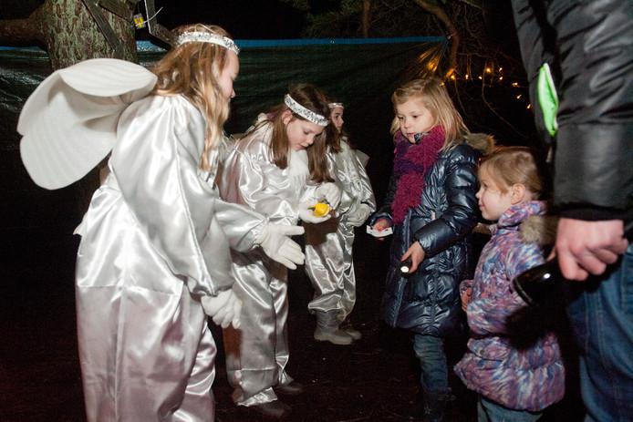 Bij het kerstspel op het Leesten kwamen de bezoekers onder meer engelen tegen. Dan kan nu, in het centrum van Ugchelen, zo weer gebeuren. Foto archief, ter illustratie