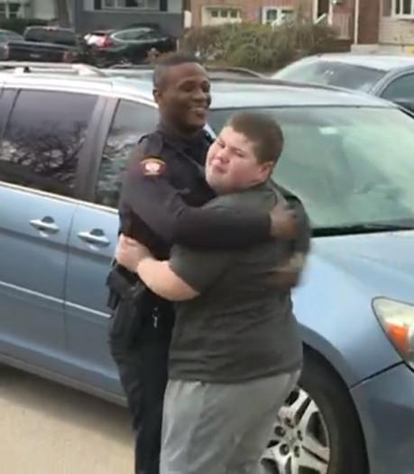 Agent redt teddybeer na alarmmelding autistische Ryan (12)
