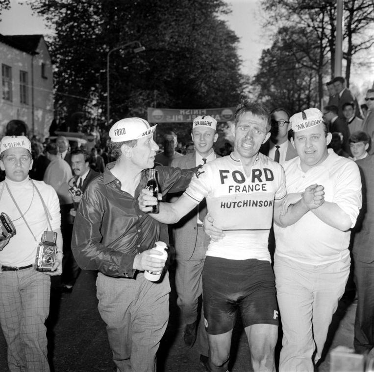 Door materiaalpech loopt Jan Hugens de overwinning in de eerste Amstel Gold Race mis. Voor zijn fans is hij de winnaar, 30 april 1966. Beeld .