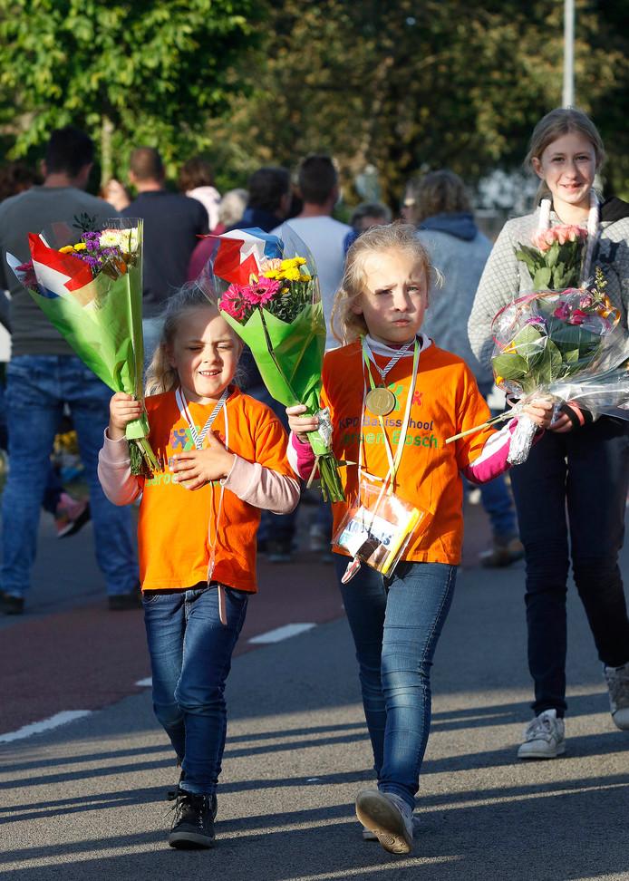 Feestelijke intocht avondvierdaagse in Roosendaal, in de op achtergrond is moeder trots op haar meiden. foto : Gerard van Offeren/Pix4Profs