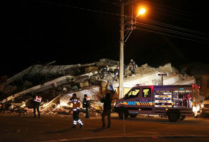 Reddingswerkers bij een ingestort gebouw in de Turkse provincie Elazig.
