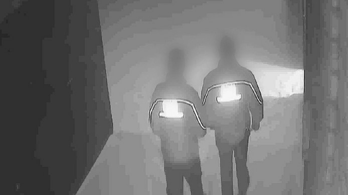 De twee beveiligers op bewakingsbeelden van de bewuste avond.