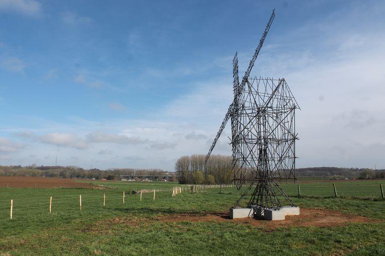 Een metershoge windmolen - gekend als het werk 'Study for a Windmill' van Gijs Van Vaerenbergh - staat in de velden van Sint-Anna-Pede.