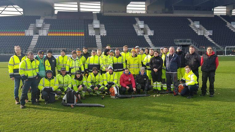 Tientallen medewerkers hielpen mee met het sneeuwvrij maken van het veld.