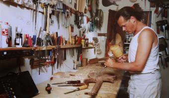 Voor Wim Heins (1956 - 2017) verbond hout de moderne mens met de oermens