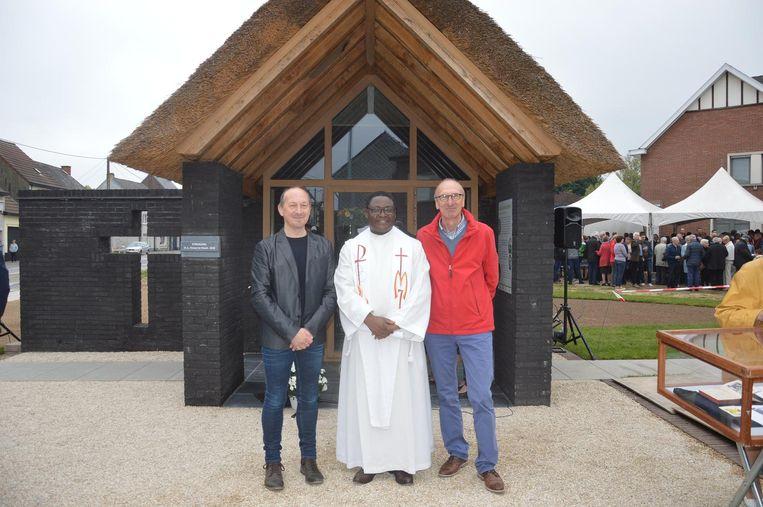 Kris Van der Perre van de Heemkundige Kring, priester Abbé Bertin Kalumba en André De Winter van de kerkfabriekvoor de Strokapel.