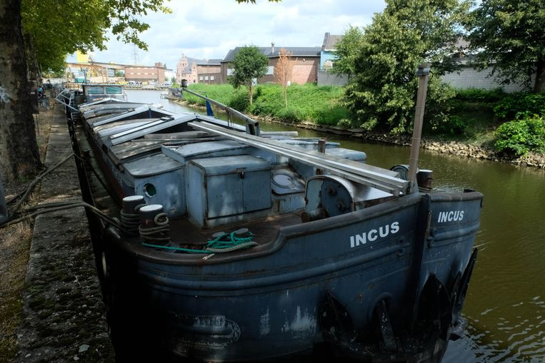 Het omgebouwde vrachtschip Incus is de nieuwe thuis van kunstatelier Aanbeeld.
