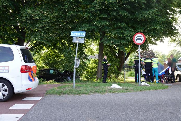 Overberg - Op de Heuvelse Steeg in Overberg is maandagavond rond half 8 een ongeval gebeurd. Een automobilist raakte gewond bij een eenzijdig ongeval. De ravage is enorm. De weg is door het ongeval afgesloten. De man bleek onder invloed te zijn
