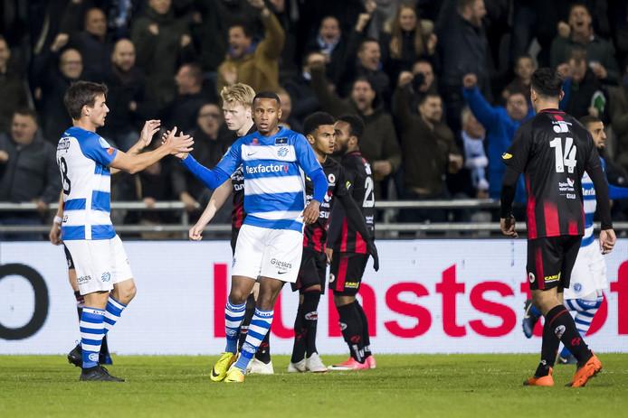 De Graafschap-aanvaller Furdjel Narsingh (tweede van links) viert zijn doelpunt tegen Excelsior.