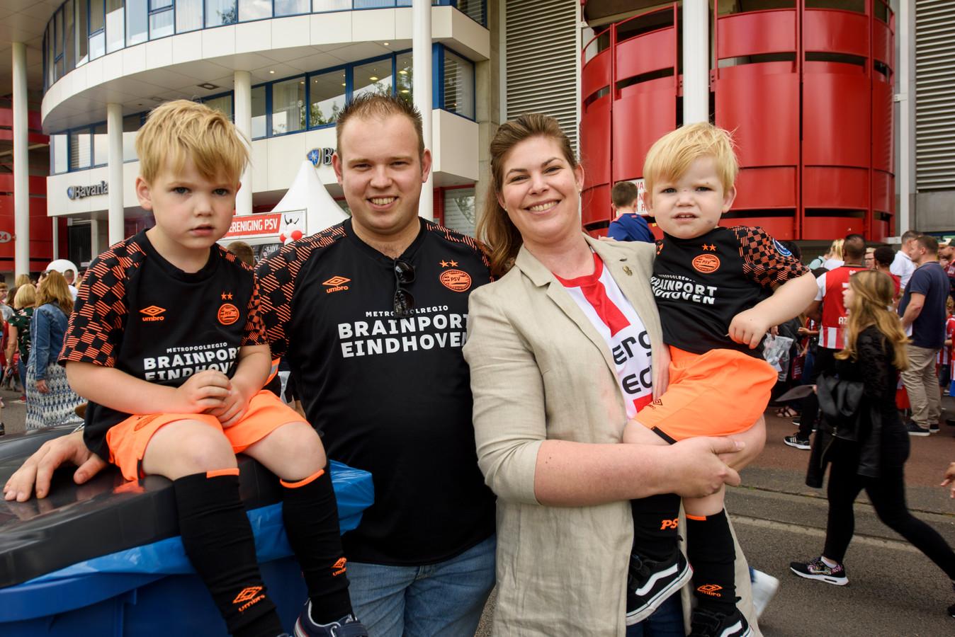 Robin en Sanne met hun zoons Stijn en Morris die samen met hun vader het nieuwe uittenue van PSV dragen.