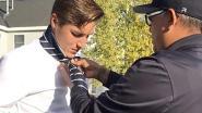 Agent geeft alleenstaande moeder geen boete maar knoopt de das van haar wanhopige tienerzoon