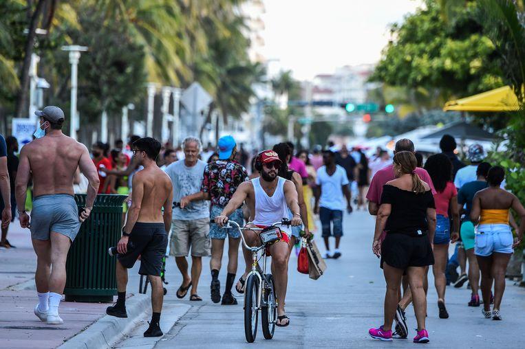 De Ocean Drive in Miami, Florida, afgelopen weekend. Zaterdag werd er een nieuw dagrecord gebroken, met bijna 10.000 nieuwe besmettingen.