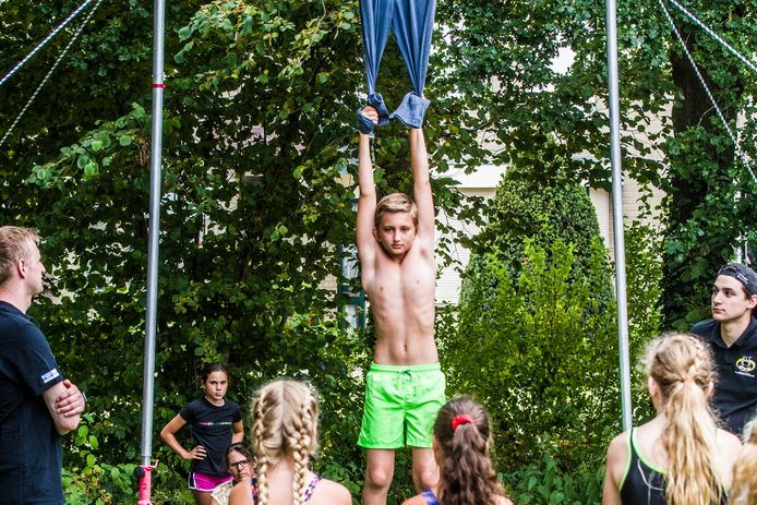 Spijkerbroek hangen op het Vlearmoesplein in Neede.