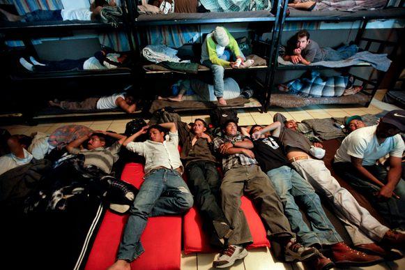 Mannen proberen te slapen in een overvol kamp voor gedeporteerden uit de Mexicaans-Amerikaanse grens.