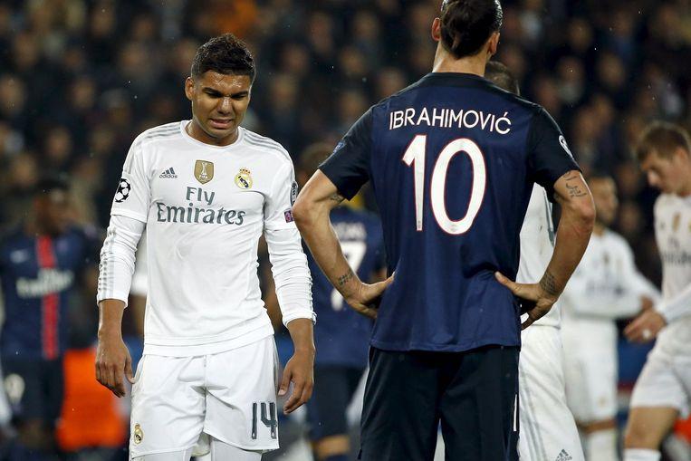 Casemiro van Real Madrid en Ibrahimovic van Paris St. Germain, gisteravond in Parijs. Beeld reuters