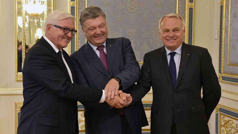 Ministers van Buitenlandse Zaken Steinmeier van Duitsland (l), Ayrault van Frankrijk (r)en de Oekraïense president Petro Porosjenko Beeld reuters