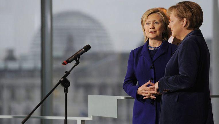 Angela Merkel en Hillary Clinton vandaag bij aanvang van de herdenking. Foto EPA Beeld