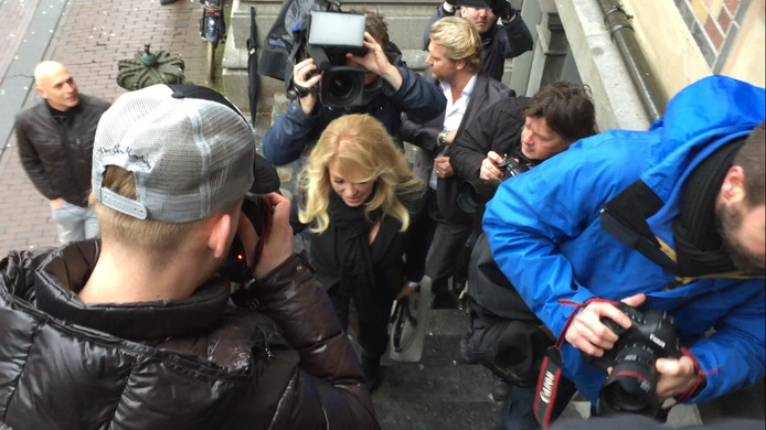 Patricia Paay bij de rechtbank.