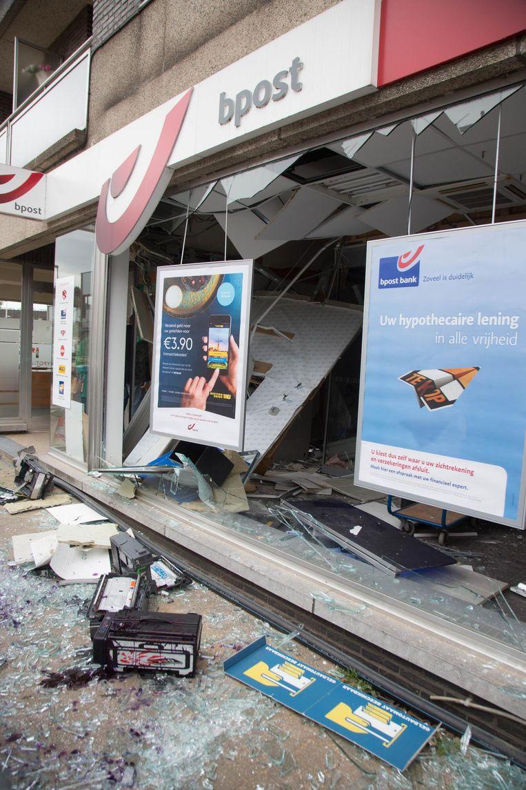 Bij de plofkraak in het kantoor van bpost in Lummen werd heel wat schade aangericht.