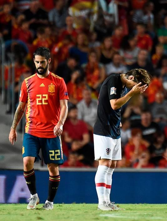 Isco wandelt langs Luka Modric, die baalt van de veegpartij.