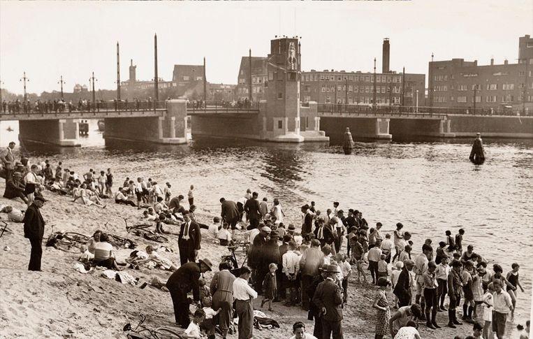 Weesperzijde in 1932. Beeld Stadsarchief