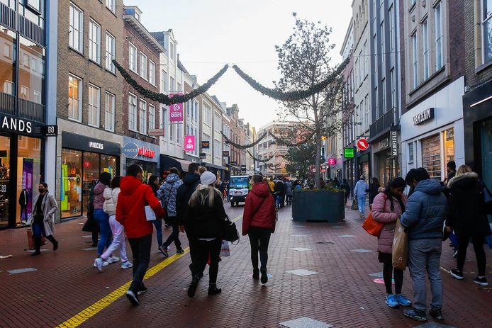 De burgemeester van Eindhoven, John Jorritsma, grijpt zaterdag hard in naar aanleiding van de drukte in de Eindhovense binnenstad. Vanaf 16.00 uur zitten de winkels op slot.