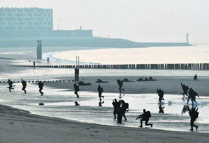 Mariniers oefenen op het Badstrand in Vlissingen.