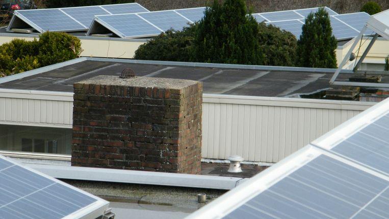 Zonnepanelen bij de buren (voorgrond) en bij mij. Ze hebben Nederland vorig jaar geen hoge klassering bezorgd. Beeld