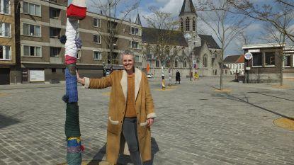 Cindy steekt bomen Rheinbachplein in de wol