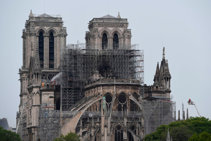 De kathedraal in de ochtend na de brand.