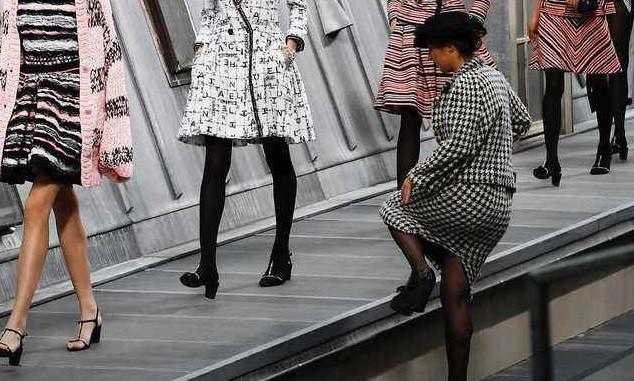 """""""Marie S'Infiltre"""" s'est incrustée sur le podium avec les mannequins lors du défilé Chanel à Paris"""