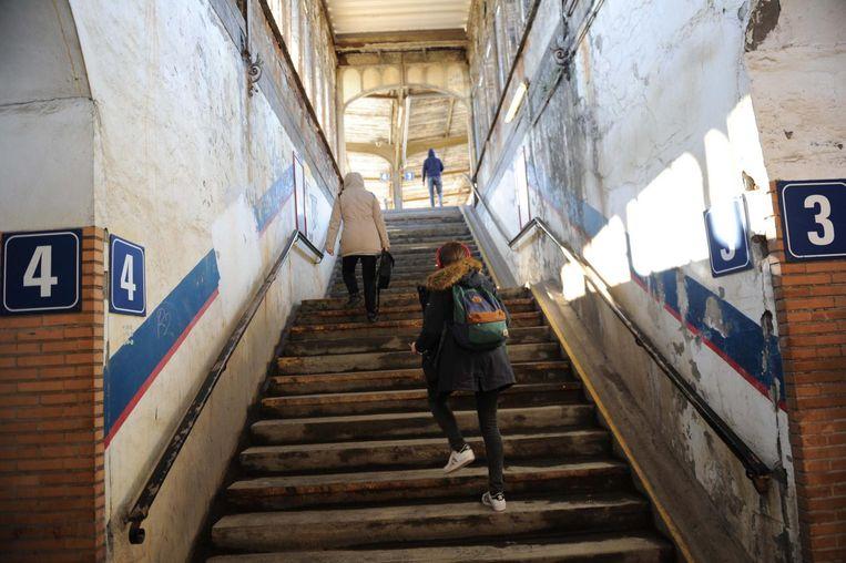 De trappen naar de perrons zijn zeer ongemakkelijk en zelfs gevaarlijk op sommige plaatsen.