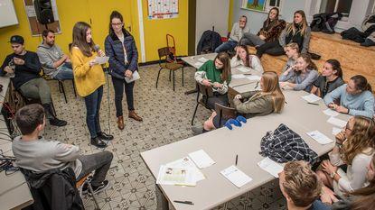 Brihang leert leerlingen Barnum al rappend hun emoties uiten