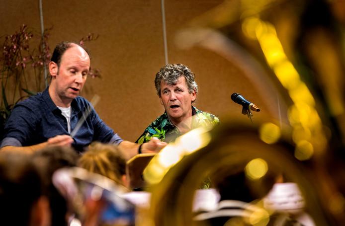 Gé Reinders repeteert met fanfare-orkest in Maarheeze.