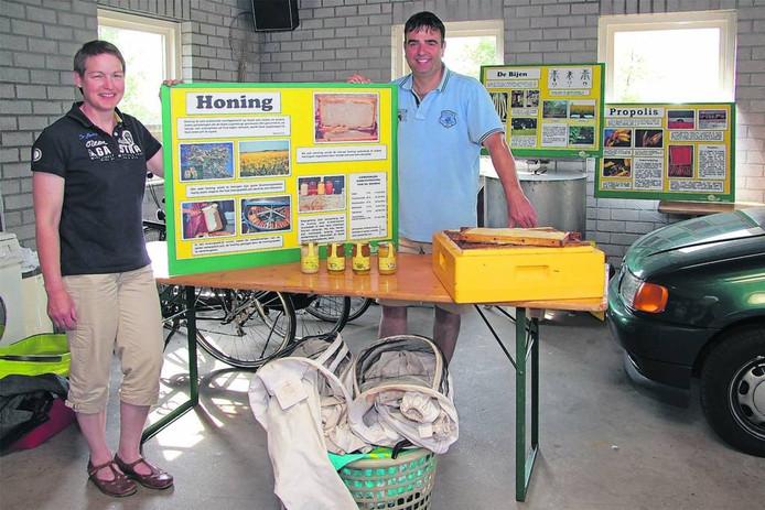 Thea en Robert Schuurmans in mei 2011 in de garage die toen tijdelijk dienst deed als bijeneducatiecentrum.