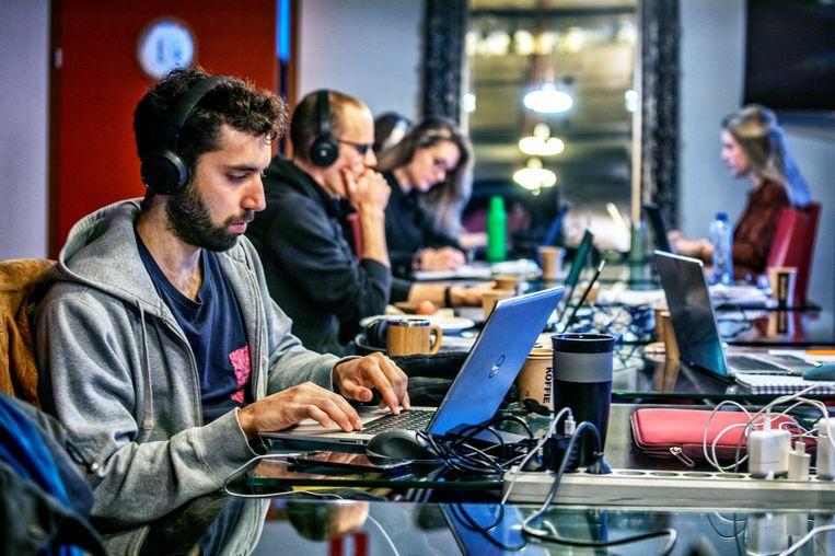 Freelancers aan het werk bij Seats2Meet in Hoog Catharijne in Utrecht. Beeld Raymond Rutting