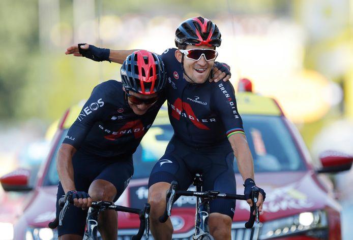 Ploegmaten Michal Kwiatkowski en Richard Carapaz van Ineos komen schouder aan schouder over de finish.
