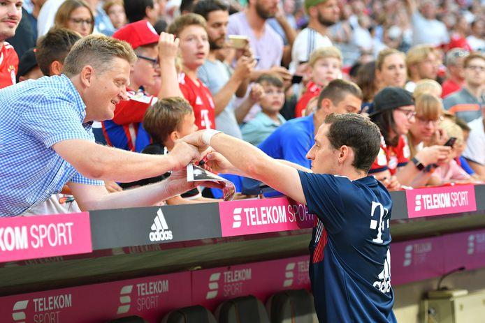 Rudy deelt een handtekening uit aan een Bayern-fan.