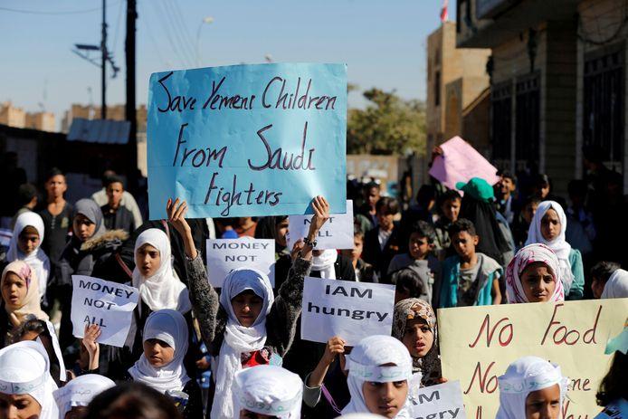 Kinderen protesteren in Sanaa tegen het gebrek aan voedsel en de inmening van Saoedi-Arabië.