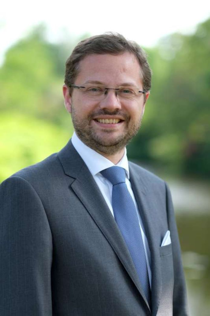 Burgemeester Richard Korteland: '...politieke debat weer in de raadzaal...'.