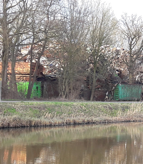 Schroot Raalter ijzerhandel drukt tegen bomen