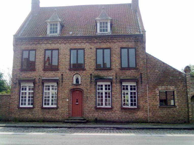 Zo zag het voormalig klooster eruit voor Ronny Pieters en Cindy Dekien het volledig ombouwden. Enkel de buitenmuren bleven staan.