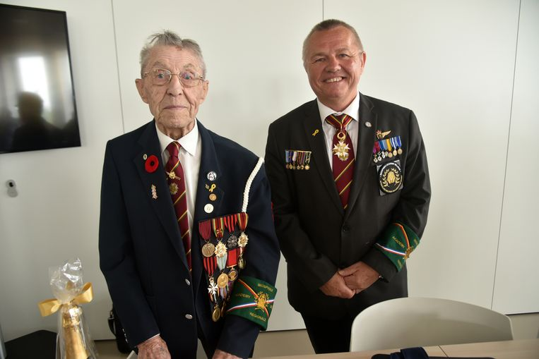 Michel Coppens (93) werd in de bloemen gezet tijdens de uitreiking van de medailles van de Imosphinx Academy door co-voorzitter Eddy Vercruysse, adjudant majoor op rust.