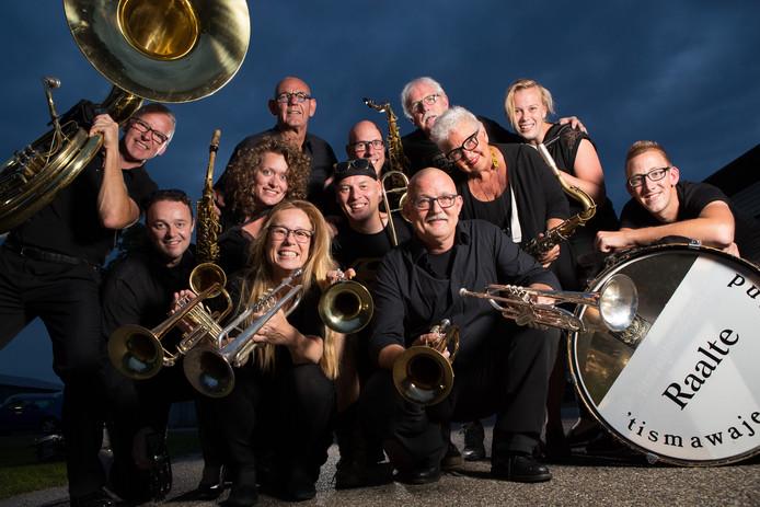 De leden van de 'tIsmawajewendband willen weer de hippe, vernieuwende band zijn waar mensen van opkijken. Rechts met saxofoon Marjan Middendorp.
